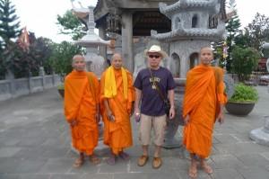 ラオスから来ていた僧侶と記念撮影  標高1800メートルの避暑地バナーヒルで