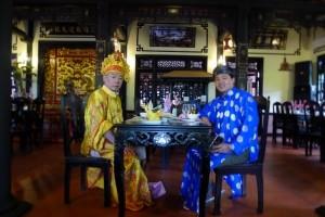 フエの宮廷料理店で 王様の衣装を着て宮廷料理をいただく (右がリンさん)